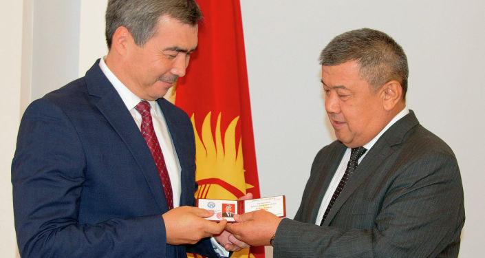 Вручение депутатского значка и удостоверения депутату Жогорку Кенеша Бектену Сыдыгалиева