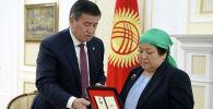 Президент КР Сооронбай Жээнбеков вручил родным погибшего в ходе событий 7 августа 2019 года сотрудника ГКНБ, полковника Усенбека Ниязбекова медаль Эрдик. 6 сентября 2019 года