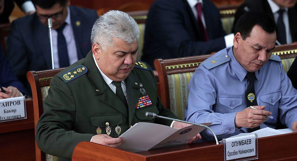 Председатель Государственного комитета национальной безопасности Орозбек Опумбаев и глава МВД Кашкар Джунушалиев. Архивное фото