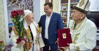 Аким Ленинского района Бишкека Токтосун Султанов поздравил жителей столицы Кармека и Анипу Курмановых с 65-й годовщиной свадьбы (железная свадьба)