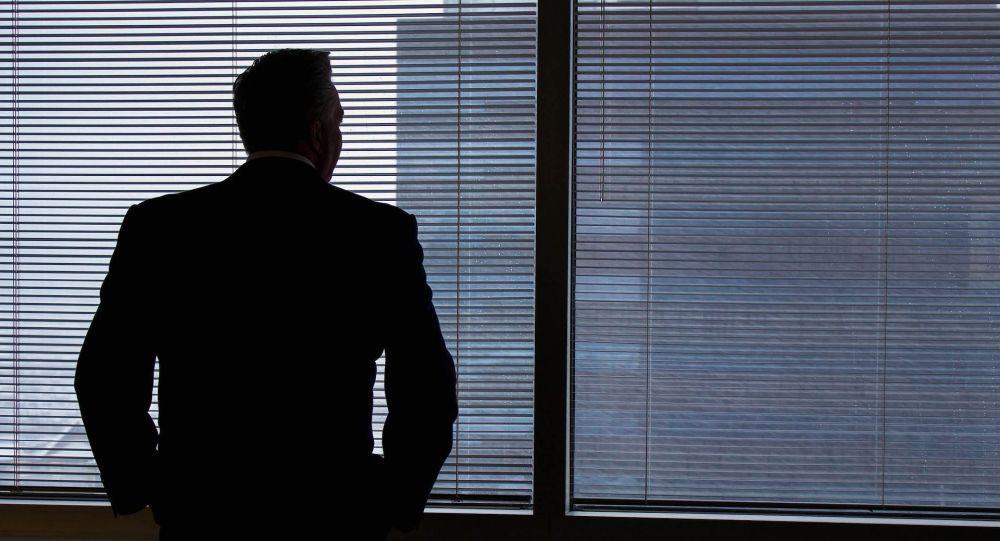 Мужчина стоит у окна