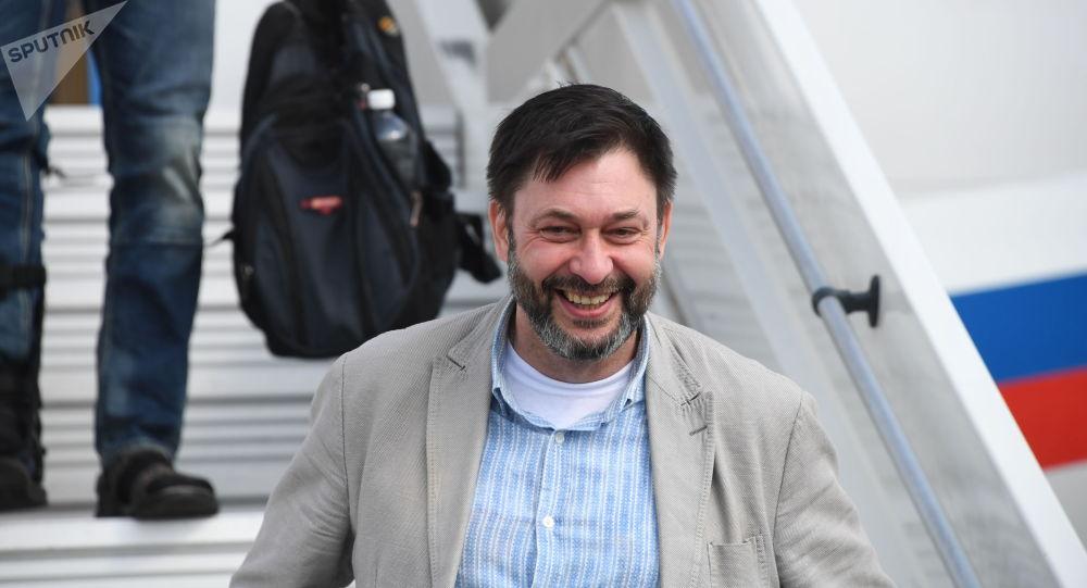 Руководитель портала РИА Новости Украина Кирилл Вышинский спускается с борта российского самолета Ту-204 в аэропорту Внуково.