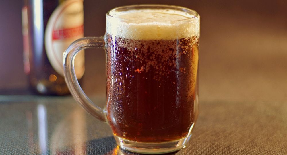 Кружка пива на столе. Архивное фото