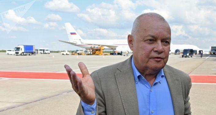 Генеральный директор МИА Россия сегодня Дмитрий Киселев в аэропорту Внуково, где ожидается самолет с участниками договоренности об освобождении между Россией и Украиной.