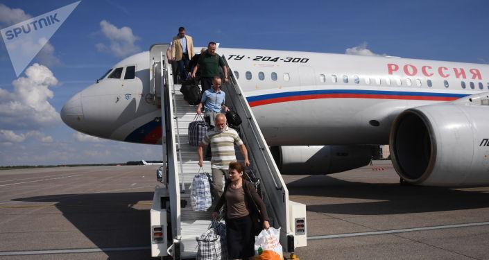 Участники договоренности об освобождении между Россией и Украиной сходят с борта российского самолета Ту-204 в аэропорту Внуково.