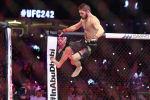 Российский боец UFC Хабиб Нурмагомедов прыгает во время боя с бойцом UFC Дастином Пуарьером в полулегком весе на UFC 242 в Абу-Даби. Объединенные Арабские Эмираты, 7 сентября 2019 года.