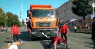 Россиянын Пермь шаарында 23 жаштагы Борис Харламов МАЗ үлгүсүндөгү жүк ташуучу унааны сүйрөдү.
