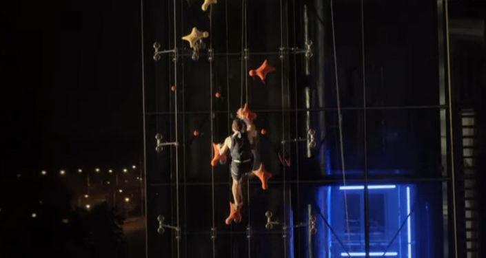 Польский скалолаз Марчин Дженьски быстрее лифта поднялся на 23-метровую высоту.