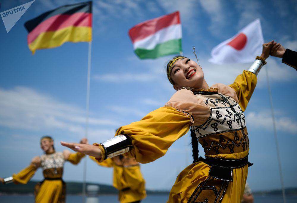 Артисты в национальных костюмах выступают на выставке Улица Дальнего Востока в дни Восточного экономического форума во Владивостоке