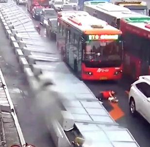 В городе Гуанчжоу (Китай) из-за шквалистого ветра рухнул забор и придавил несколько человек.