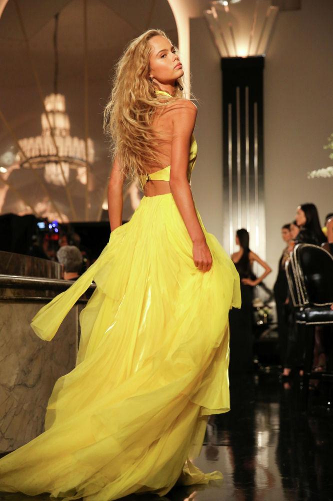 Модель во время показа коллекции Ralph Lauren на неделе моды в Нью-Йорке