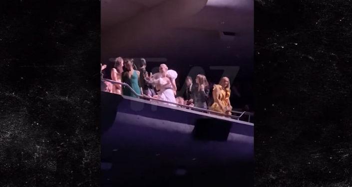 Звезда приветствовала зрителей с балкона и споткнулась. Очевидец снял это на видео.