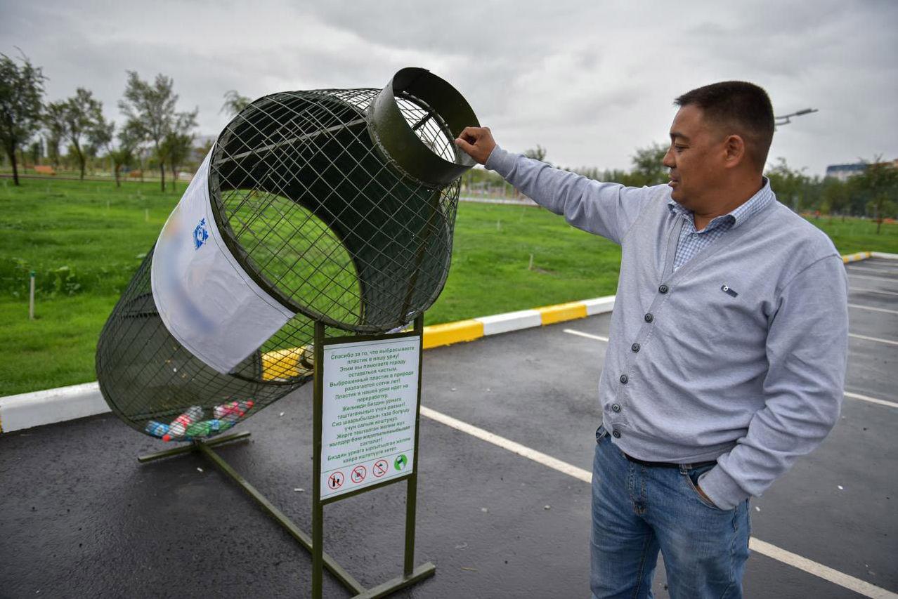 Специальные урны для пластика в новом парке на Южной магистрали.