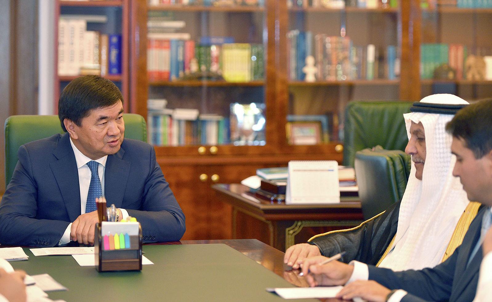 Премьер-министр КР Мухаммедкалый Абылгазиев встретился с советником исполнительного директора Саудовского фонда развития Юсуфом бин Ибрагим Аль-Бассамом