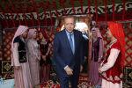Түркиянын президенти Режеп Тайип Эрдоган Малазгирт жеңишинин 948-жылдыгын белгилөө иш-чарасында Ван кыргыздарынын боз үйүнөн даам сызды