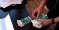 Сотрудники Государственной службы по борьбе с экономическими преступлениями задержали военного комиссара Тонского района Иссык-Кульской области за получение взятки, сообщила пресс-служба ведомства.