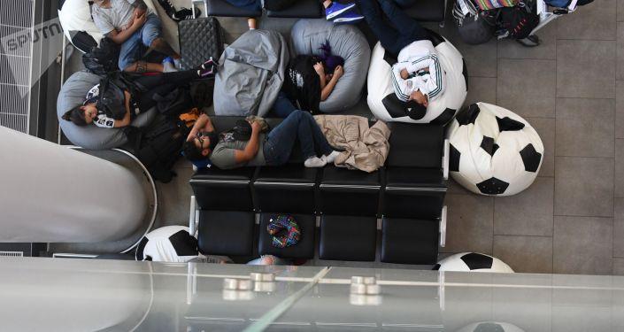 Пассажиры в зале ожидания в аэропорту. Архивное фото