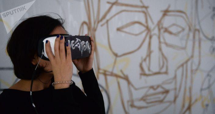 Женщина в очках виртуальной реальности. Архивное фото