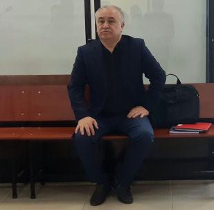 В Первомайском районном суде Бишкека начался пересмотр уголовного дела в отношении Омурбека Текебаева и Дуйшонкула Чотонова, связанного с компанией Альфа Телеком (торговая марка MegaCom).