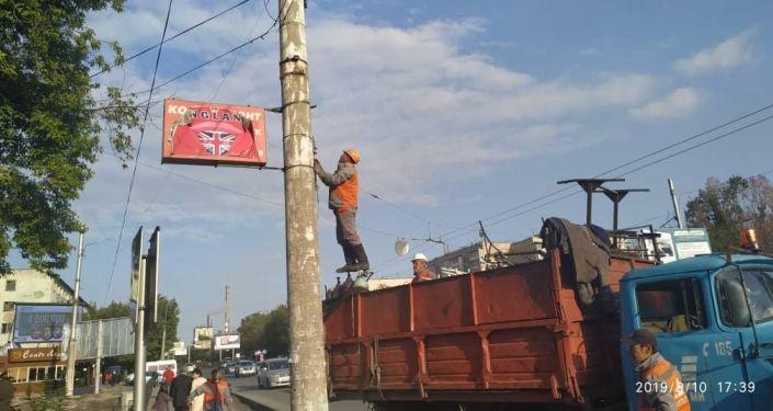 Сотрудники мэрии Бишкека во время сноса незаконных капитальных строений в Бишкеке