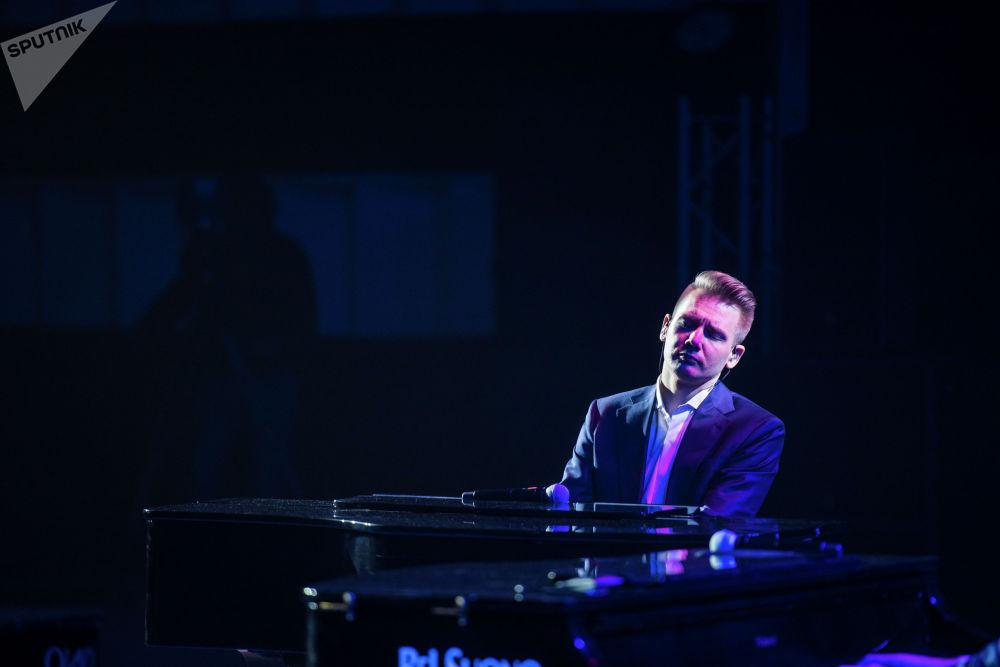 Музыканты исполняют миксы классики, поп-музыки и рока