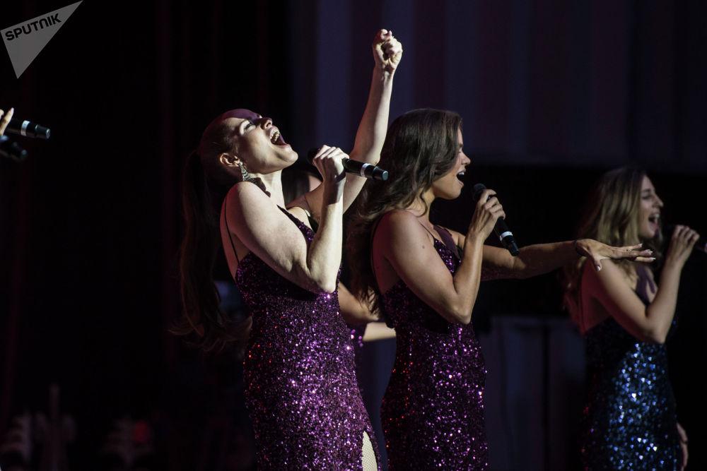 Участницы коллектива Soprano Турецкого на сцене Национальной филармонии в Бишкеке