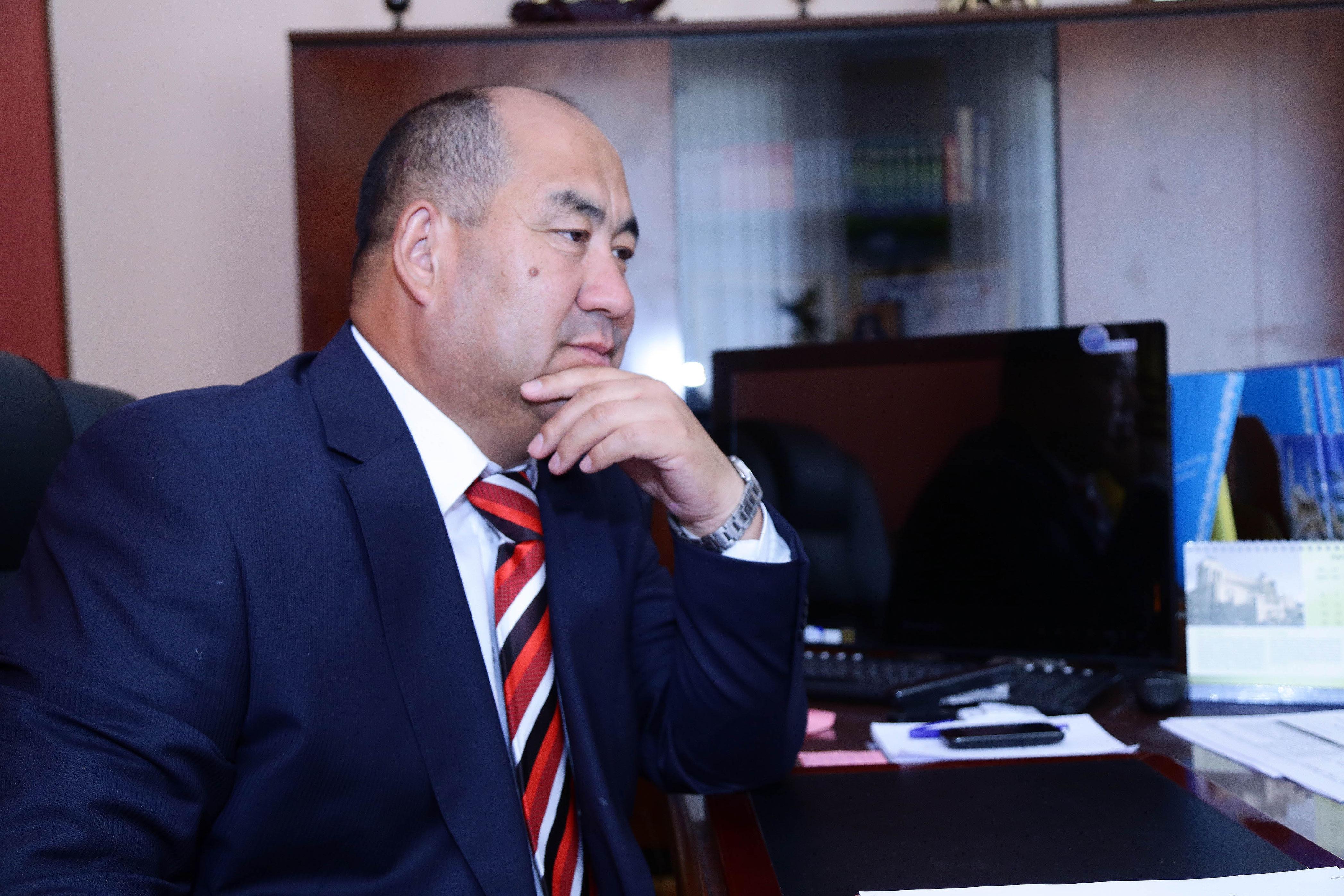 Ректор ОшГУ Каныбек Исаков в рабочем кабинете