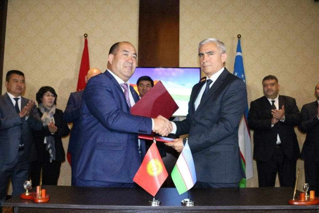 Ректоры Ошского государственного университета и Андижанского государственного университета Каныбек Исаков и Акрам Юлдашев подписали меморандум о сотрудничестве
