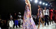Модели во время показа на неделе моды в Нью-Йорке