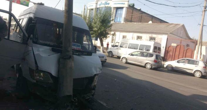 В Оше пассажирский микроавтобус марки Mercedes-Benz врезался в фонарный столб после столкновения с легковым автомобилем
