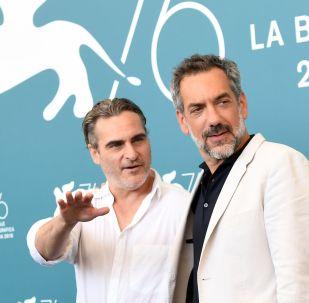 Актер Хоакин Феникс (слева) и режиссер Тодд Филлипс во время фотосессии фильма Джокер (Joker) в рамках 76-го Венецианского международного кинофестиваля.