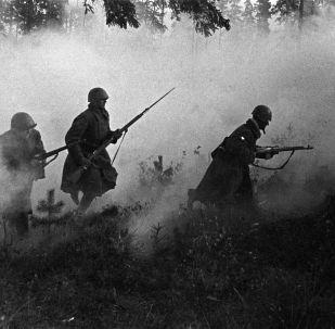 Великая Отечественная война. 1941-1945 гг. Блокада Ленинграда (8 сентября 1941 года - 27 января 1944 года). Советские войска идут на прорыв блокады.