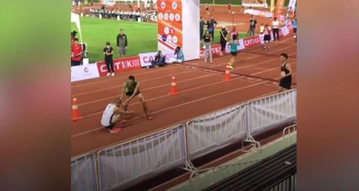 На турнире в Таиланде легкоатлет довел травмированного соперника до финиша. Пользователи соцсетей оценили этот благородный поступок.