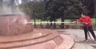 Москва шаарындагы паркта жүргүзүлүп жаткан оңдоо иштерине байланыштуу эстелик тазаланбай калган. Буга байланыштуу чакан ишембилик уюштурулду.