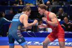 Кыргызстанский борец Руслан Царев (в красном) во время схватки на чемпионате мира по борьбе в Нур-Султане