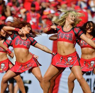 Чирлидеры выступают в перерыве футбольного матча во Флориде.