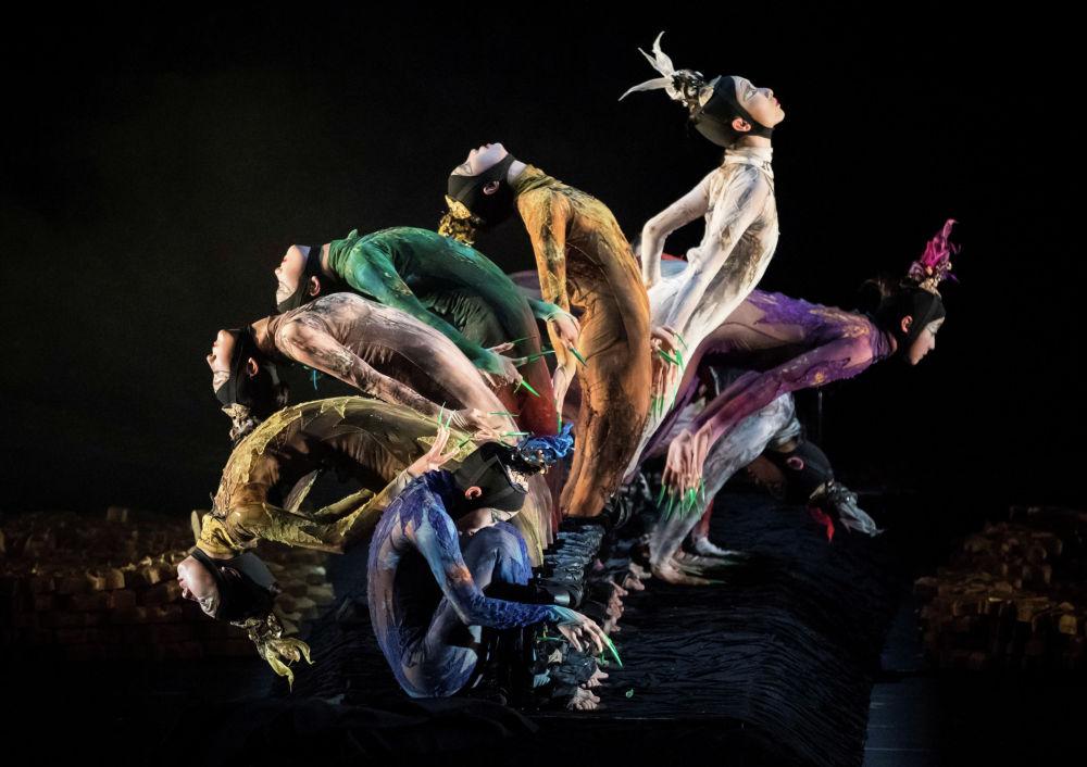 Москванын Чоң театрындагы бий фестивалында өнөр көрсөткөн кытай артисттери