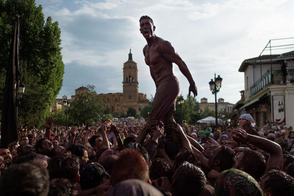 Испаниядагы Каскамаоррас фестивалынын катышуучулары