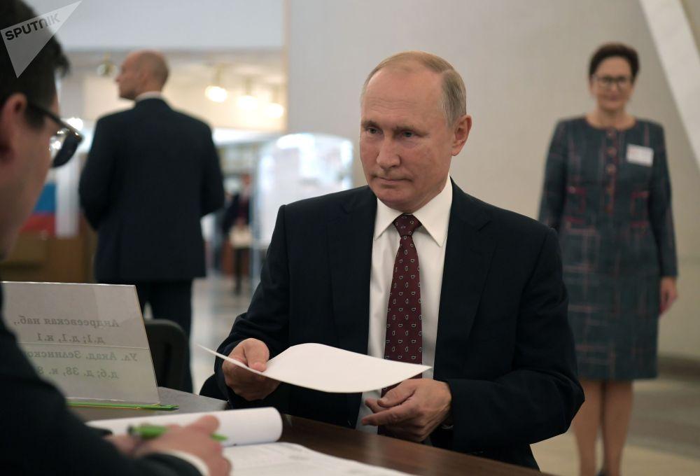 Президент РФ Владимир Путин во время голосования на выборах депутатов Мосгордумы