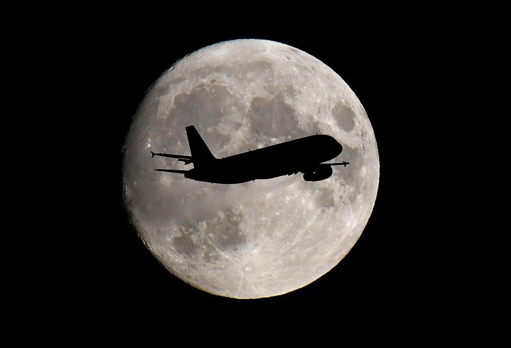 Пассажирский самолет заходит на посадку в лондонском аэропорту Хитроу