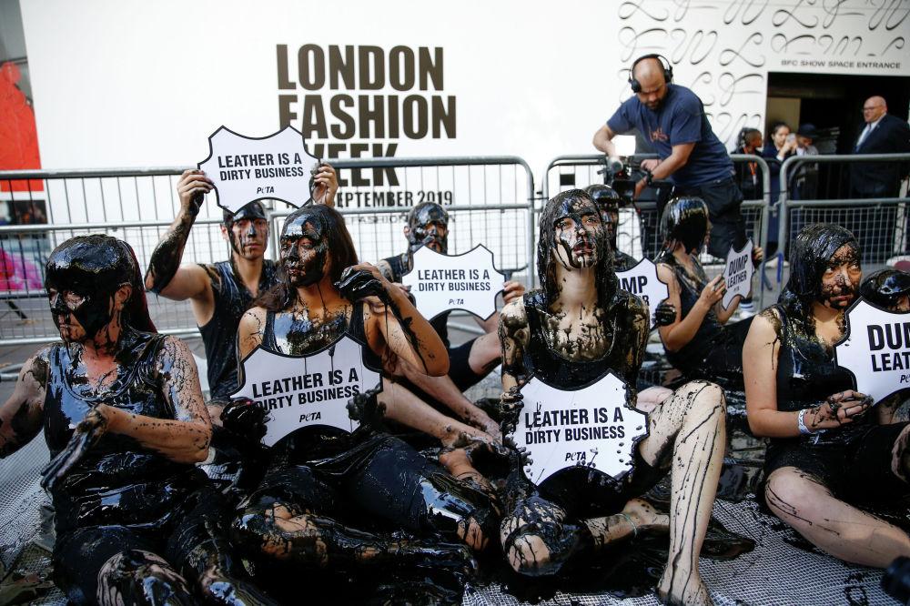 В день открытия Недели моды в Лондоне активисты PETA провели акцию протеста против кожевенной промышленности
