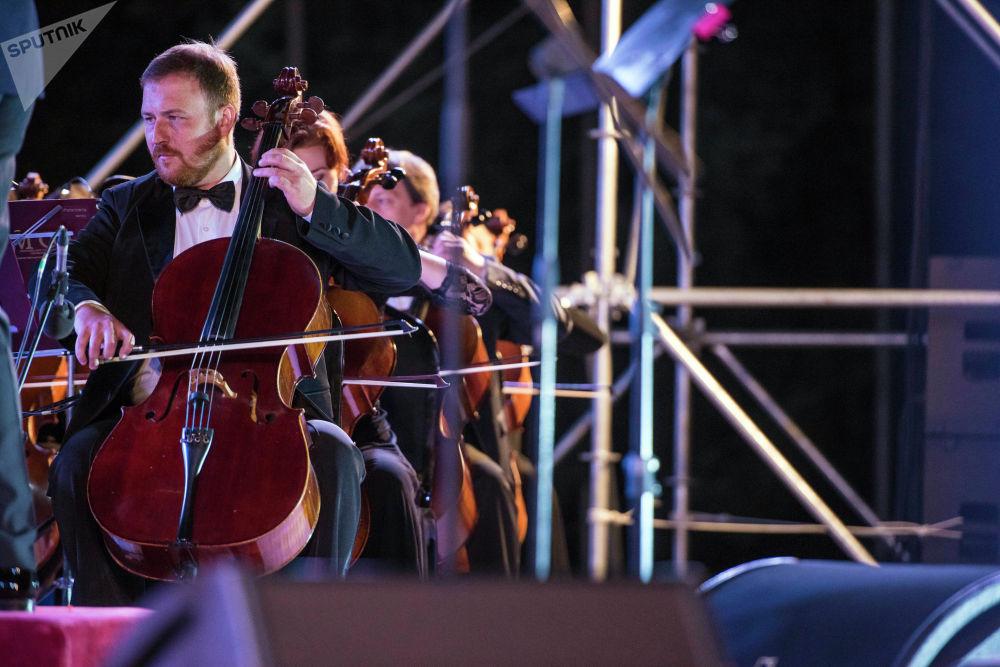Сахнага Москва мамлекеттик симфониялык оркестринин артисттери дирижёр Иван Рудин жана Алексей Чуйковдун жетектөөсүндө чыгышты