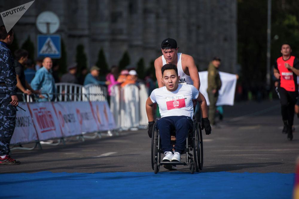 Молодой человек в инвалидном кресле вызвал всеобщее восхищение
