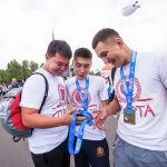 Сергек жашоо образын, марафонду, багынткан чакырымдарын талкуулап жаткан катышуучулар. Алардын арасында Sputnik Кыргызстан маалымат агенттигинин кызматкери Эркин Садыков да болду.