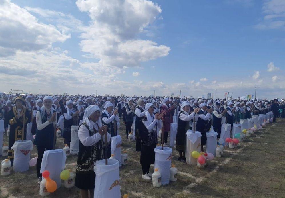 Тысяча человек взбила 10 тысяч литров кумыса для установления рекорда для книги Гиннеса. Церемония установления рекорда прошла в Карагандинской области и приурочена к празднованию 90-летия Жанааркинског района.