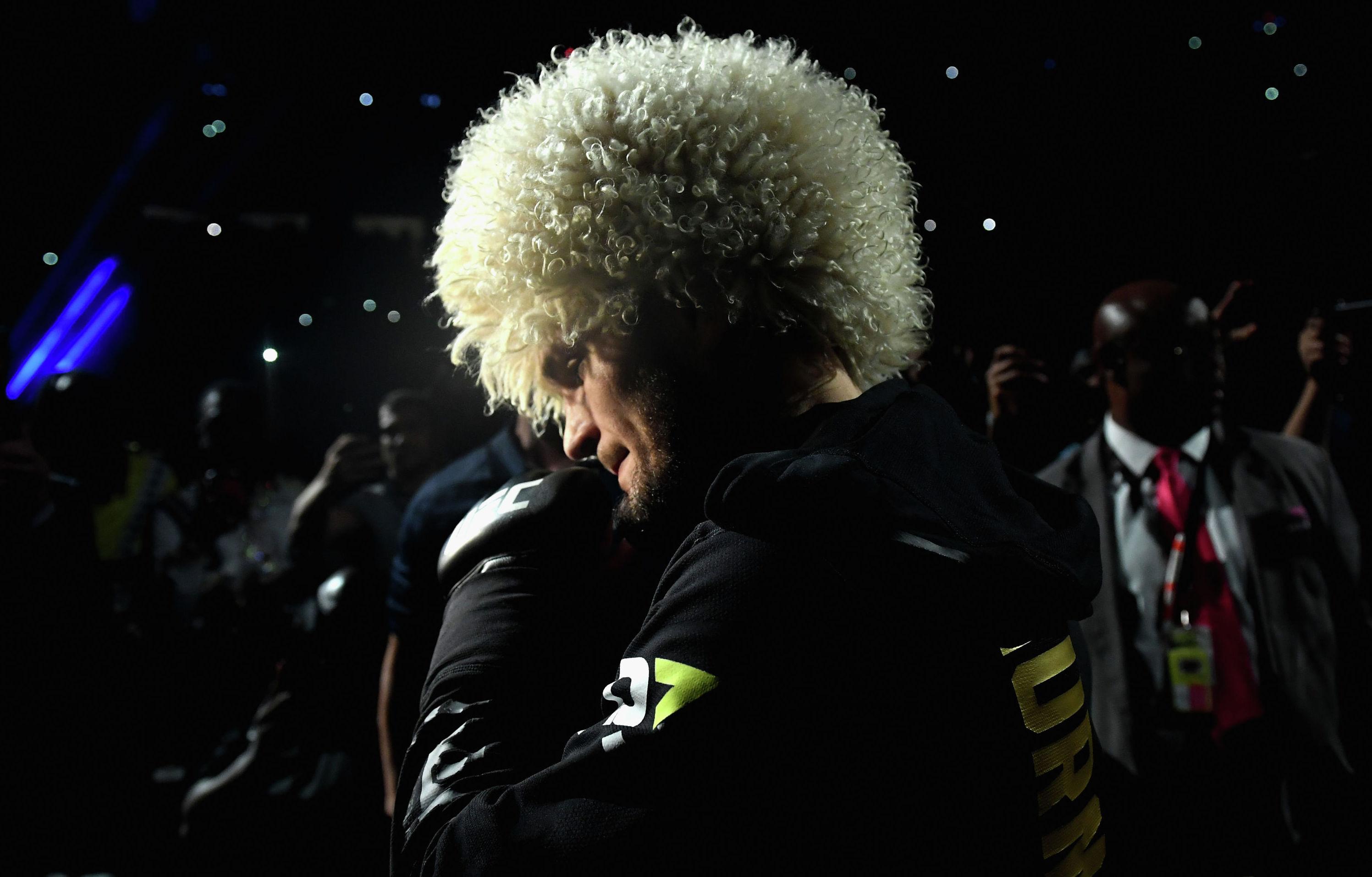Боец из России Хабиб Нурмагомедов вступает в борьбу с Конором МакГрегором в поединке на чемпионате UFC в легком весе во время соревнования UFC 229 на T-Mobile Arenaв Лас-Вегасе, штат Невада.  6 октября 2018 года