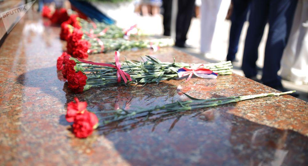 Цветы у памятника. Архивное фото