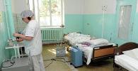 Врач в одном из палат территориальной больницы Кеминского района. Архивное фото