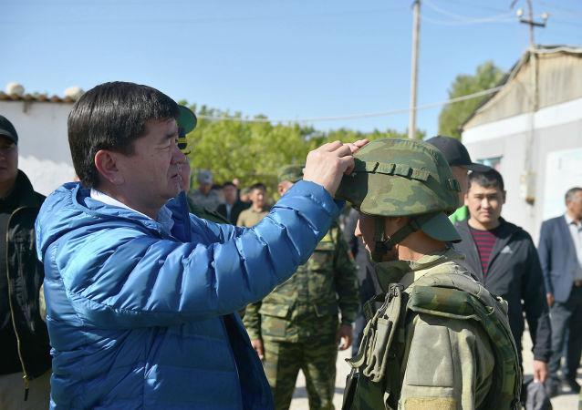 Премьер-министр Мухаммедкалый Абылгазиев посетил пограничный пост Максат и пообщался с его личным составом.