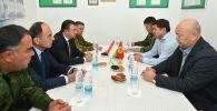 Встреча премьер-министра Кыргызской Республики Мухаммедкалыя Абылгазиева и премьер-министра Республики Таджикистан Кохира Расулзоды на контрольно-пропускном пункте Кызыл-Бел кыргызско-таджикской государственной границы